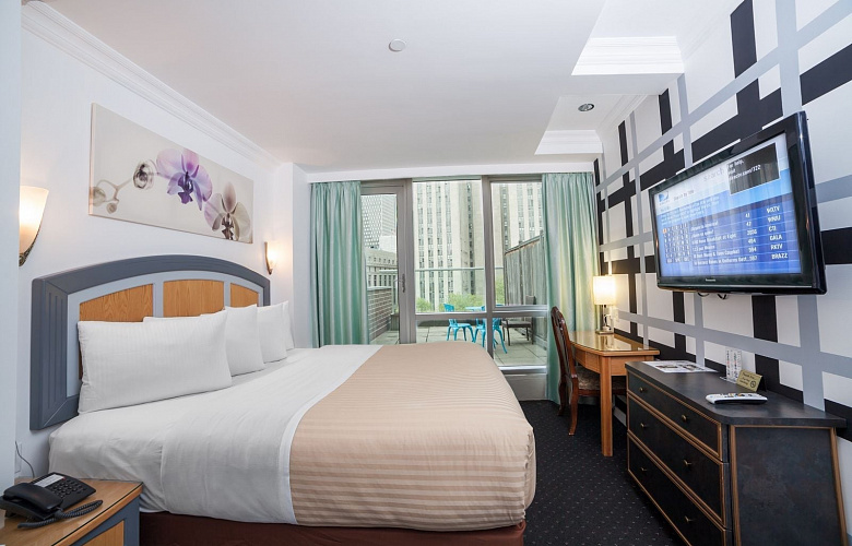 deluxe king room with balcony hotel mulberry chinatown. Black Bedroom Furniture Sets. Home Design Ideas